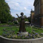 Posąg Wenche Foss przed Teatrem Narodowym w Oslo